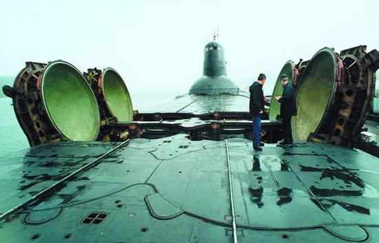 ▲台风级开启4个弹道导弹发射筒资料图,可见艇员与发射筒的尺寸对比。