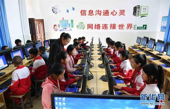 云南省西盟佤族自治县勐梭镇班母村的小学生在上电脑课(2018年12月7日摄)。新华社记者 杨宗友 摄