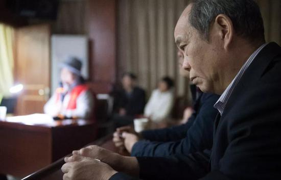 4月11日,视障人士在中国盲文图书馆桐庐县支馆聆听吴素环解说电影《可可西里》。