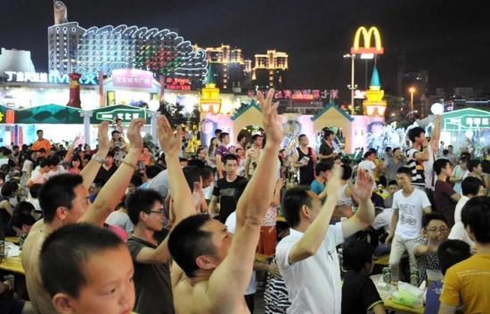 福州民众在万象城广场举办的啤酒节中尽情狂欢。中新社记者 吕明 摄