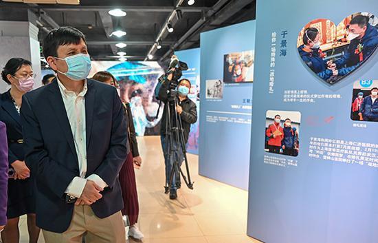 张文宏加入上海市职工抗疫主题图片展