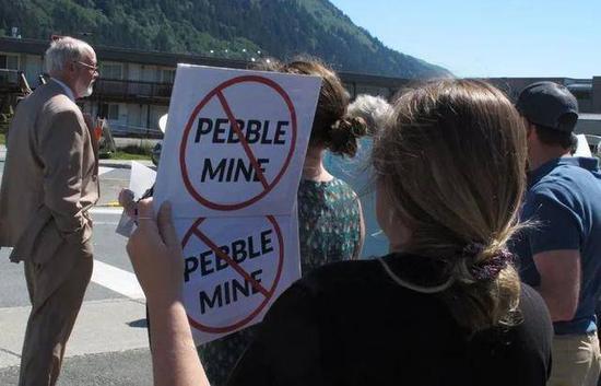 (图说:去年人们对矿区项目进行抗议图源/纽约时报)