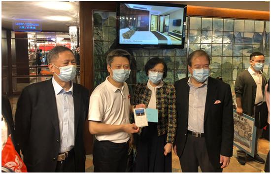 """陈肇始(右二)、胡定旭(右一)到场欢送。图源:香港 """"橙新闻"""""""