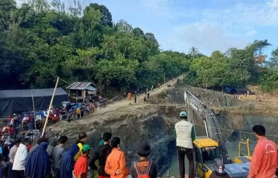 印尼一非法金矿发生垮塌数十人被困 已有3人获救