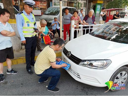 民警按照规定暂扣了违法车辆、2付真假牌照和司机驾照,牌照正在鉴定中。