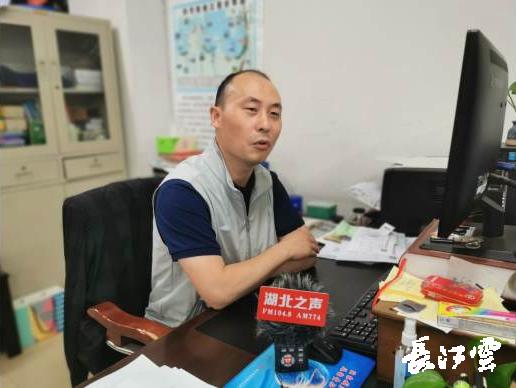 图为李凯向记者先容湖北水库防汛形势