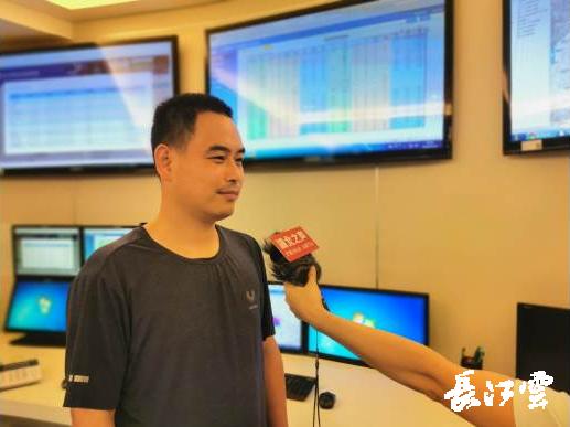 图为虞赟担当湖北之声记者采访