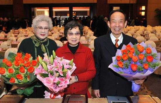 参加2009上海文艺创作和重大文化活动颁奖仪式,与秦怡(左)、黄准(右)合影。东方IC