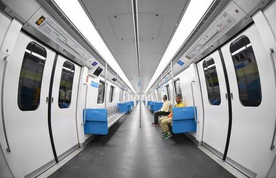 ▲資料圖片:2016年8月1日,巴西里約地鐵4號線首日運行,乘客坐在中國中車長客股份公司製造的軌道列車上。(新華社)