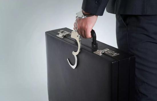 银行行长联手妻子办公室里骗客户_非法吸存1.88亿