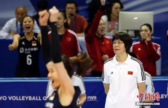 資料圖:2019年東京奧運女排資格賽中,郎平在場邊指揮隊伍。湯彥俊 攝