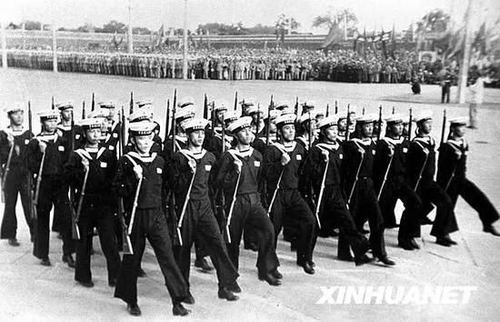 图为1949年10月1日,新组建的中国人民解放军海军方阵通过天安门广场。新华社记者 石少华 摄