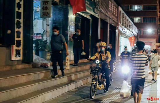 杏悦:乌鲁木齐公杏悦共交通停运小区封闭管理滞留游图片