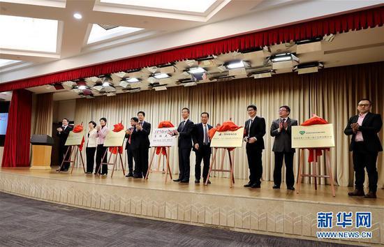 3月20日,摩根大通证券(中国)有限公司、大韩再保险上海分公司、罗素投资治理(上海)有限公司等五家金融机构在上海举办线上开业典礼。这是高朋在开业典礼上揭牌。 记华社新者。 方喆 摄