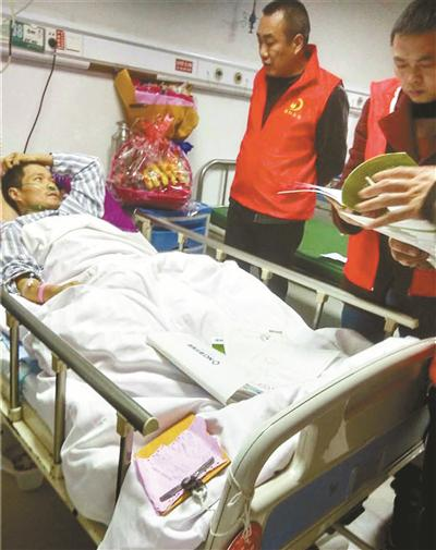 受伤的李海军躺在病床上