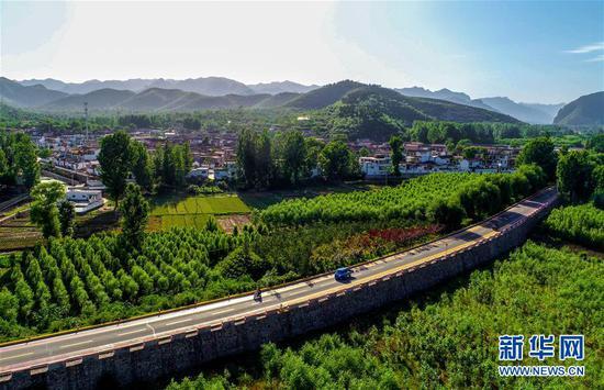 这是河北省邯郸市涉县河南店镇王堡村外的公路(2018年5月29日无人机拍摄)。新华社记者 王晓 摄