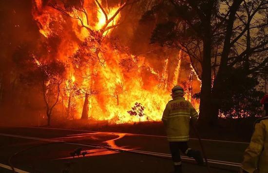 澳大利亚消防员正在扑灭大火(图源:每日邮报)