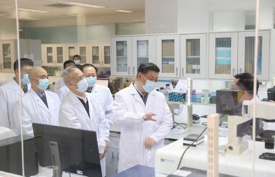 2020年3月2日,习近平在北京观察新冠肺炎防控科研攻关事情。新華社记者 丁海涛 摄