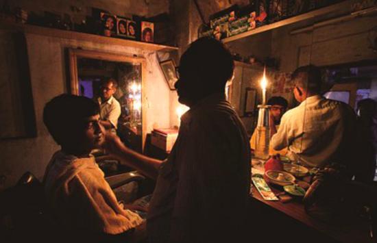 012年7月31日,停电导致新德里火车停运,乘客在昏暗的车厢内等待。