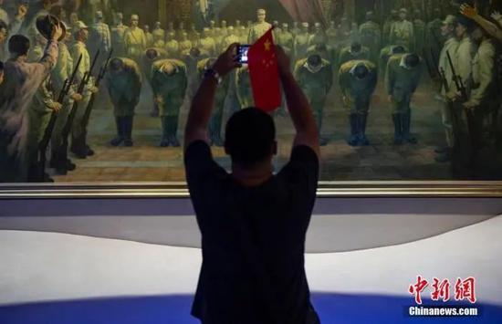 2020年9月3日,市民在位于北京的中国人民抗日战争纪念馆内参观《伟大胜利 历史贡献》展览。中新社记者 侯宇 摄