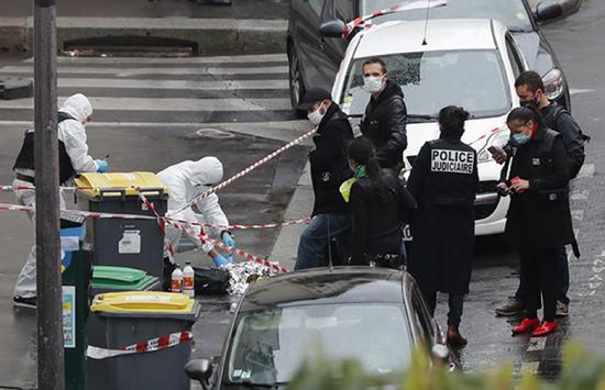 2020年9月25日,警方人员在法国巴黎持刀伤人事件现场附近调查。