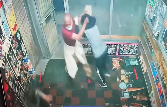 美国两名亚裔女店员遭男子持板砖袭击 头部受到重
