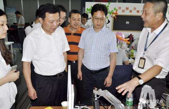 杨汉军(前左二)带队在深圳考察(2015年10月27日摄)。