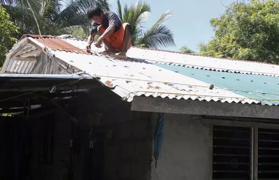 """▲菲律宾吕宋岛居民正在紧急加固房屋,以应对""""山竹""""可能带来的灾害 图据法新社"""