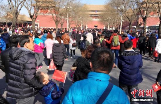 2月9日,北京风和日丽,前往故宫参观的游人络绎不绝。 中新社记者 满会乔 摄