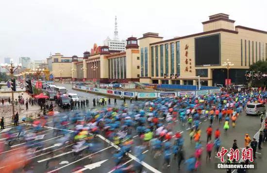 举办一次马拉松赛,也是对城市运转能力的考验。 刘占昆 摄