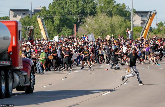油罐车急速疾驰,冲向抗议人群。(图源:路透社)