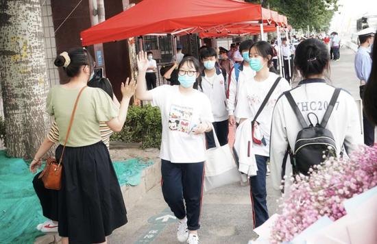 北京中考结束杏悦考生轻松走出考场与家长,杏悦图片