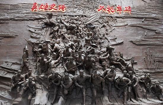 广西全州赤军长征湘江战争怀念馆内的雕塑(2月3日摄)。 (新华社记者 陆波岸 摄)