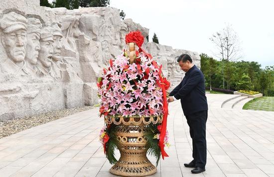 2021年4月25日上午,习近平在位于桂林市全州县的赤军长征湘江战争怀念园,向湘江战争赤军义士敬献花篮。