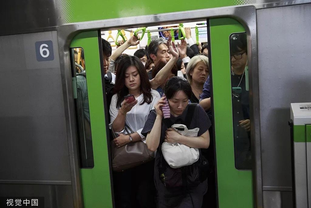 列车止驶到日本东京品川站,人谦为患。/视觉中国