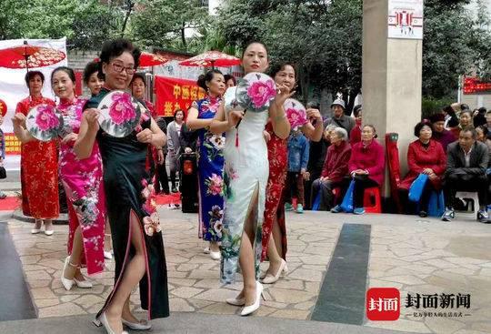 不少邻居受到胡金华的影响,也加入了时装班。