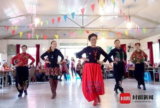 退休后,胡金华开始学跳舞。