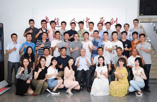陶铝新材料科研团队合影,周尧和(中)