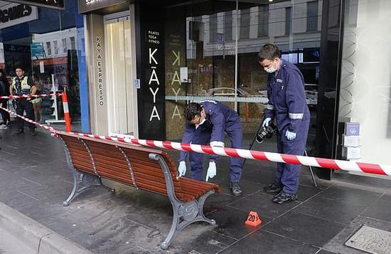 【蜗牛棋牌】墨尔本夜店外发生枪击案 多人中枪一地子弹壳