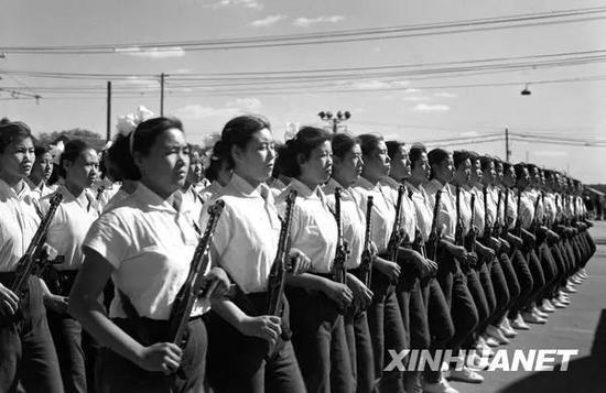 图为女民兵方队通过天安门广场。女民兵方队首次在国庆大阅兵中出现。新华社记者 胥志成 摄