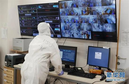 ▲7月29日,医务人员在位于以色列中部城市特拉维夫的苏拉斯基医疗中心的新冠治疗科室工作。新华社发(吉尔·科恩·马根 摄)