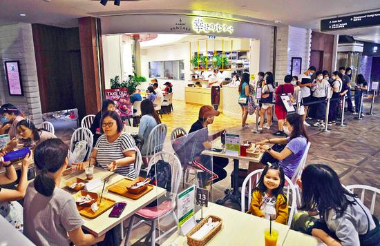 "K11 MUSEA内人流不绝,多家餐馆出现排队等位队伍。图源:香港""星岛网"""