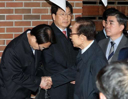 李明博被移送至拘留所前,与亲信道别