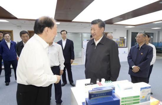 2018年6月12日,习近平在青岛海洋科学与技术试点国家实验室考察。 来源:中国政府网