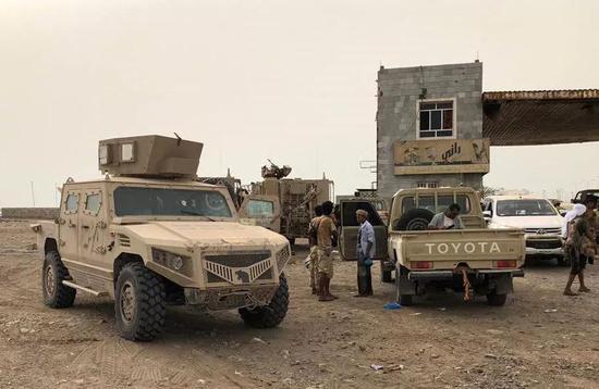 6月19日,亲政府武装集结在也门荷台达国际机场附近。新华社/法新