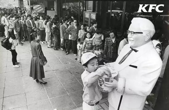 1987年,肯德基北京前门店开业后,排队吃肯德基的场面