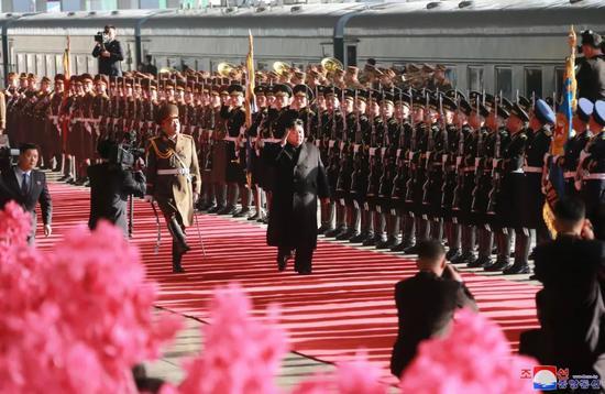 朝中社2月24日提供的照片显示,朝鲜最高领导人金正恩参加在平壤火车站内举行的出?#27809;端?#20202;式。新华社/朝中社