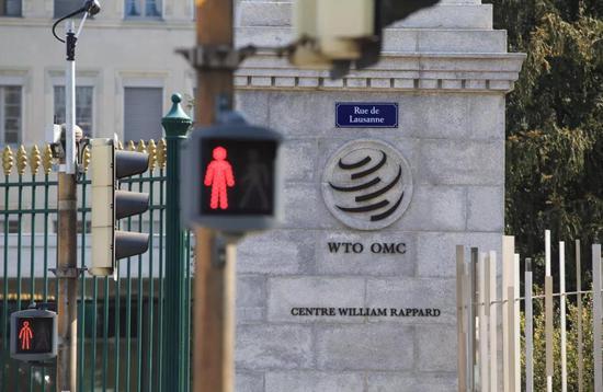 这是4月2日拍摄的位于瑞士日内瓦的世贸组织总部大门上的世贸标志。新华社记者徐金泉摄