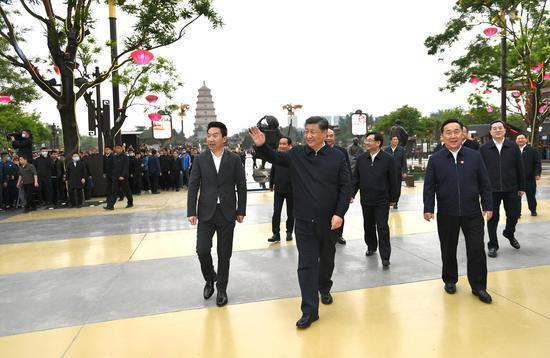 4月20日至23日,中共中心总书记、国度主席、中心军委主席习近平在陕西观察。这是4月22日,习近平在西安大唐不夜城步行街观察时,向旅客挥手请安。