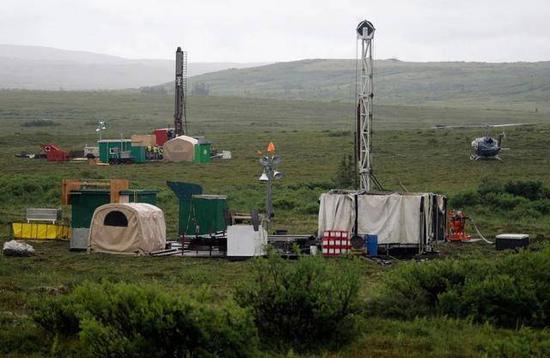 (图说:矿区工人在阿拉斯加布里斯托尔湾地区进行测试演练图源/纽约时报)